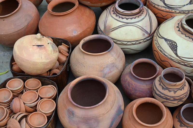 Pots de poterie de terre sur le marché en plein air, Nawalgarh, rajah photographie stock