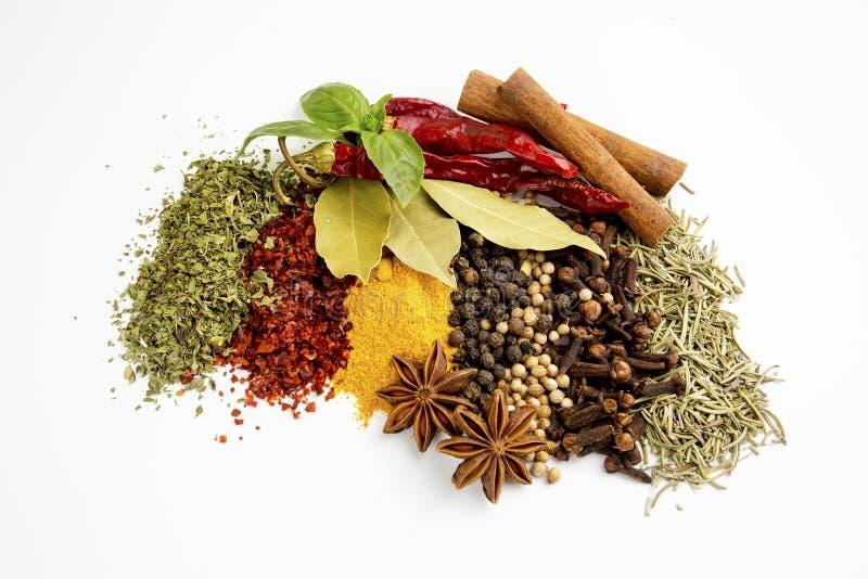 Pots de terre cuite de taille d'épices et d'herbes de mélange de vue supérieure différents sur le fond blanc avec l'espace de photo stock