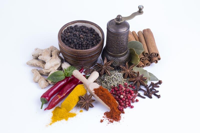 Pots de terre cuite de taille d'épices et d'herbes de mélange de vue supérieure différents sur le fond blanc avec l'espace de image stock