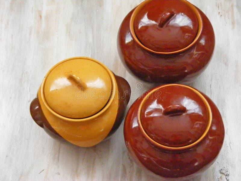 Pots en céramique traditionnels de cruches sur le fond minable décoratif photographie stock libre de droits