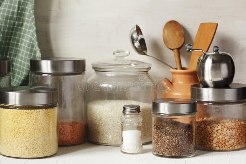 Pots en verre avec des légumineuses, des gruaux et des graines utiles Nourriture v?g?tarienne saine photographie stock