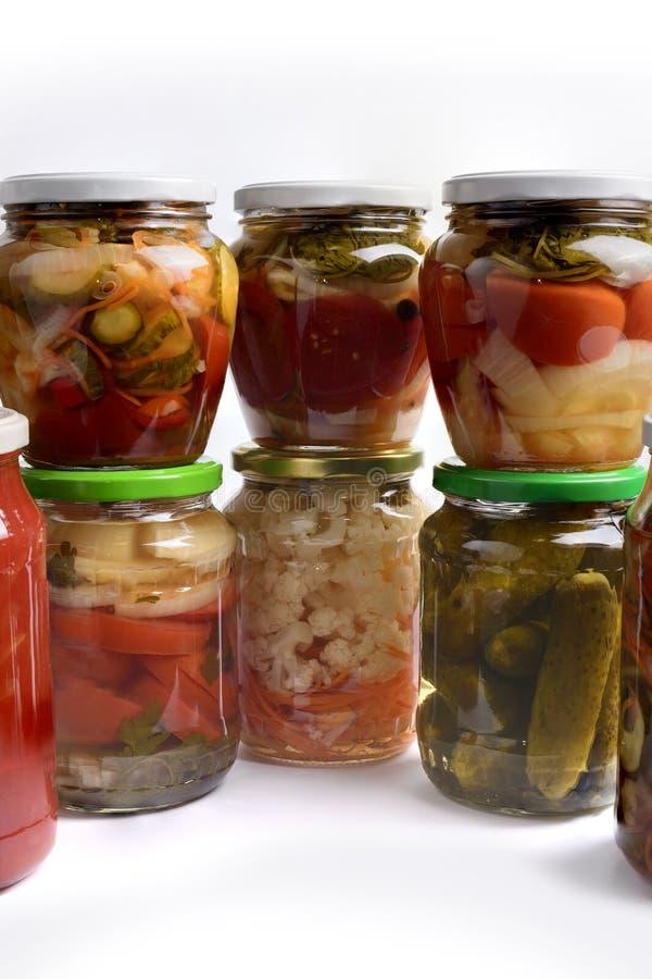 Pots en verre avec fait maison végétal de salade d'isolement sur le fond blanc photographie stock libre de droits