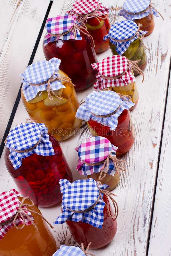 Pots en verre avec la conservation images stock