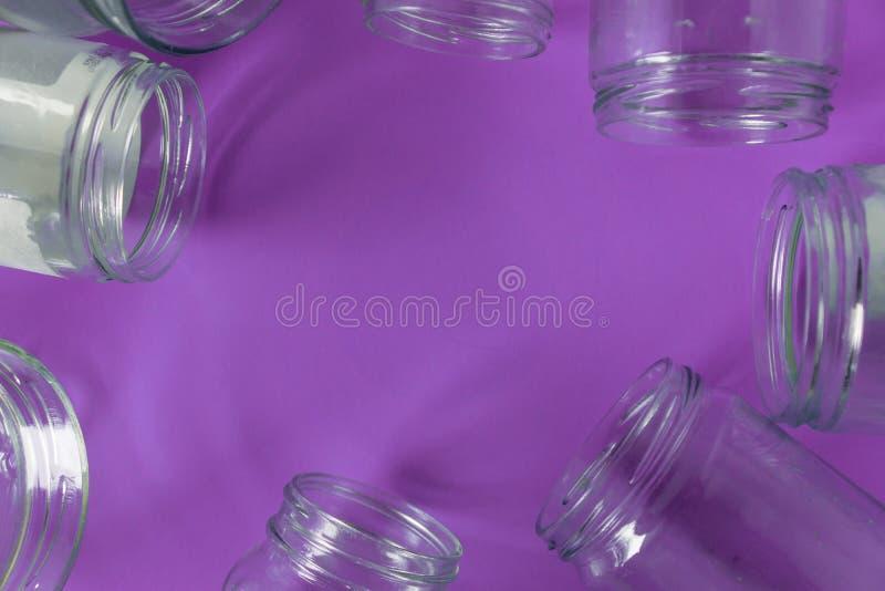 Pots en verre d'isolement, aucun couvercles à plat, fond pourpre violet, pièce de l'espace de copie photographie stock