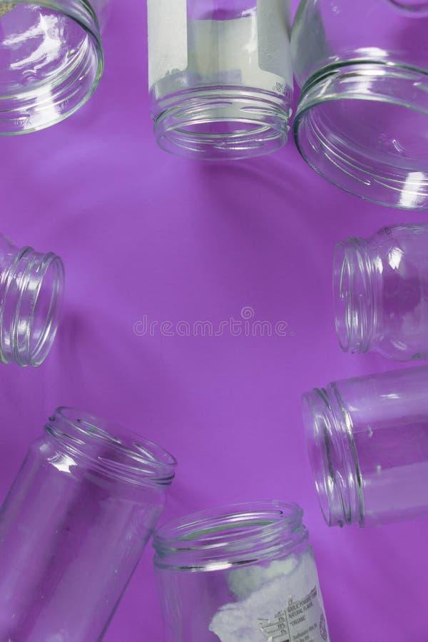Pots en verre d'isolement, aucun couvercles à plat, fond pourpre violet, pièce de l'espace de copie photos libres de droits