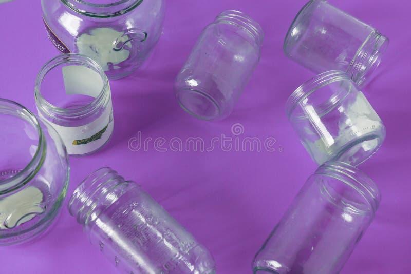 Pots en verre d'isolement, aucun couvercles à plat, fond pourpre violet, pièce de l'espace de copie photo stock