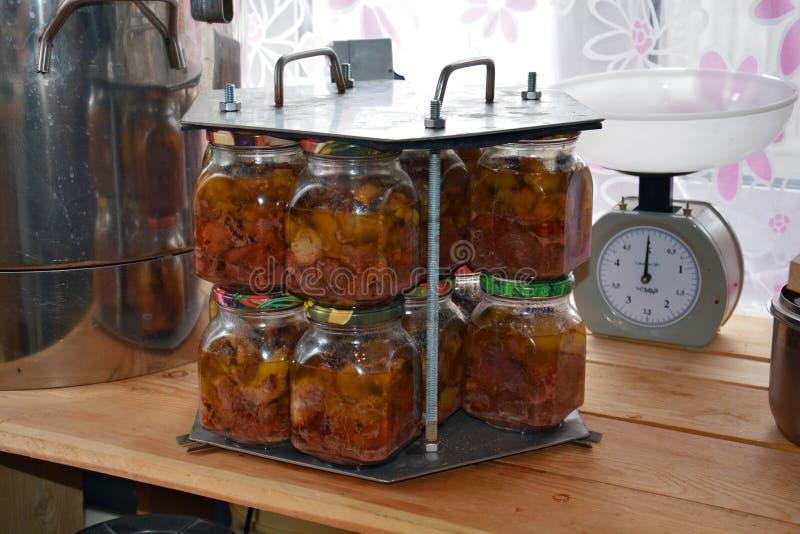 Pots en verre de ragoût dans la cassette après la stérilisation à l'autoclave image stock