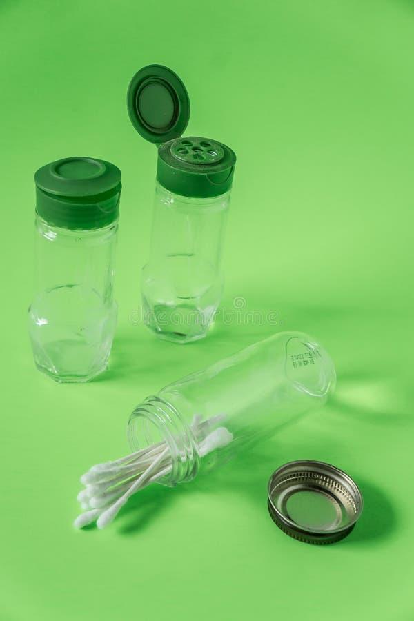 3 pots en verre vides d'épice sur le fond vert de chaux avec l'espace vide vide de pièce images libres de droits