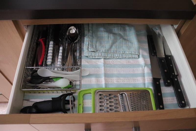 Pots et casseroles de tiroir de cuisine photographie stock