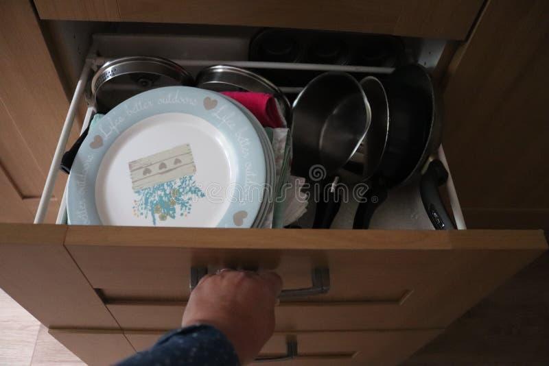 Pots et casseroles de tiroir de cuisine photos stock