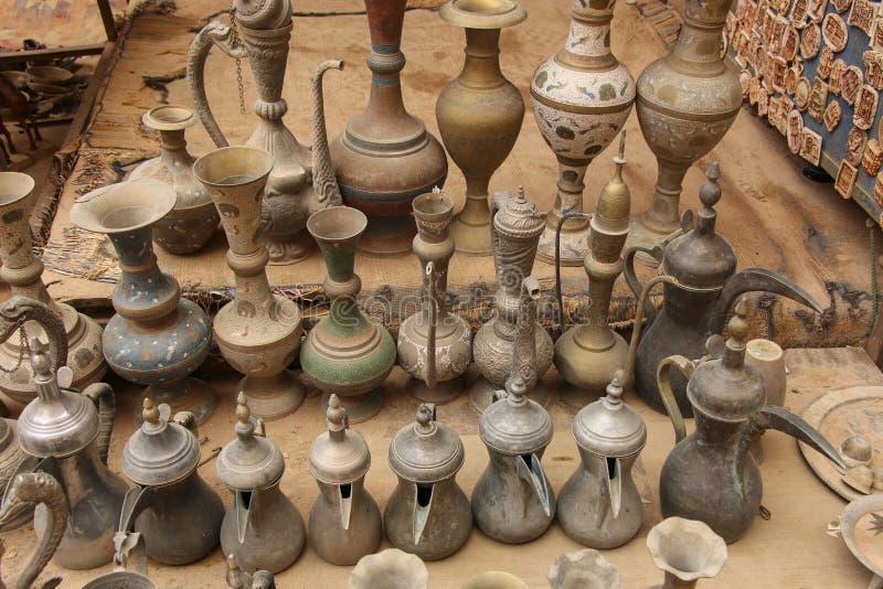 Pots et cruches bédouins de café vieil en métal pour l'eau dans une du m photographie stock libre de droits