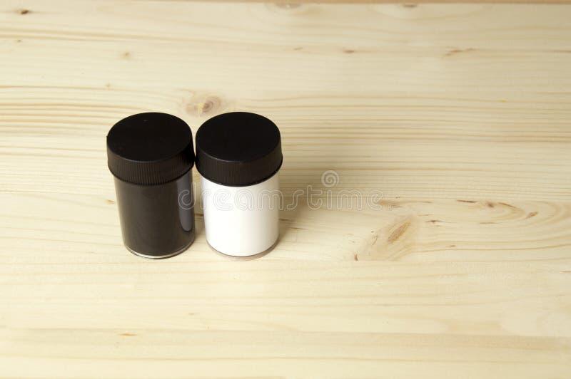 Pots noirs et blancs de peinture photographie stock