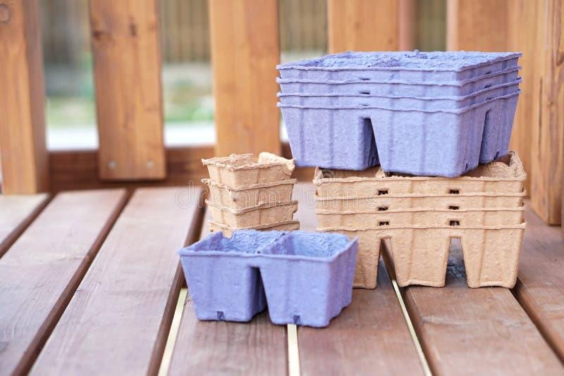 Pots qui respecte l'environnement pour des jeunes plantes Pots de papier Transport d'usine image stock