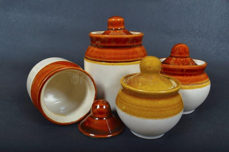 Pots traditionnels de conserves au vinaigre d'en céramique sur le fond noir photos libres de droits