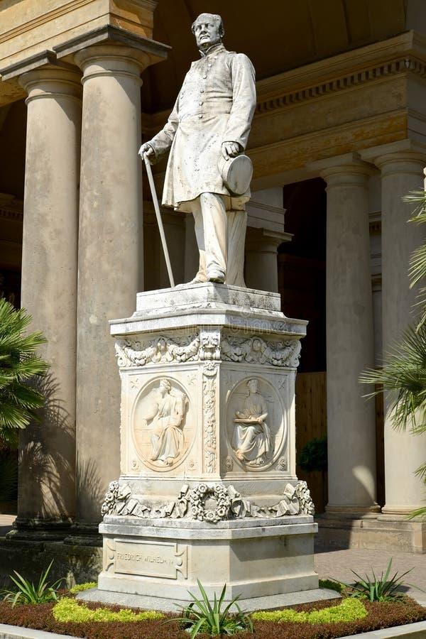 Potsdam, Alemanha Um monumento ao rei de Prússia Friedrich Wilhelm IV antes do palácio da estufa Parque do sushi imagem de stock