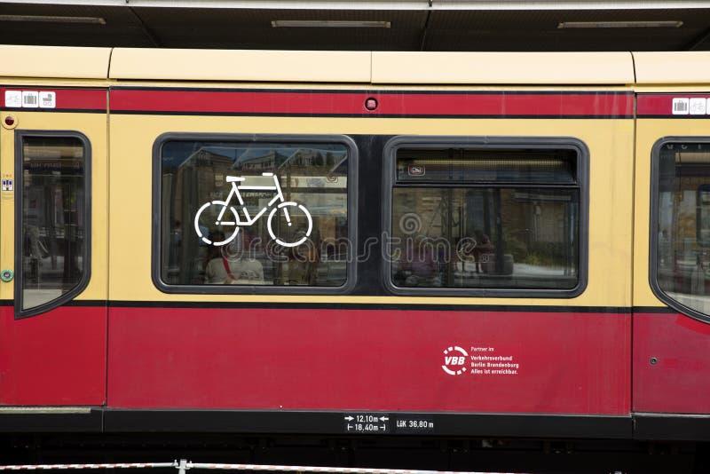 Potsdam, Berlin, Niemcy: 18th 2018 Sierpień: S Bahn pociągu bicykl obraz royalty free