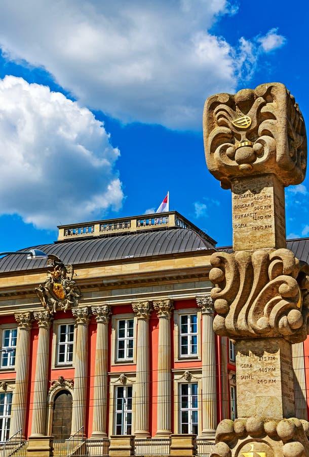 Potsdam, Duitsland - Kunst in openbare ruimte in de stadscentrum van Potsdam ` s - Sier Postmijlpijler voor het vroegere stadspal stock foto