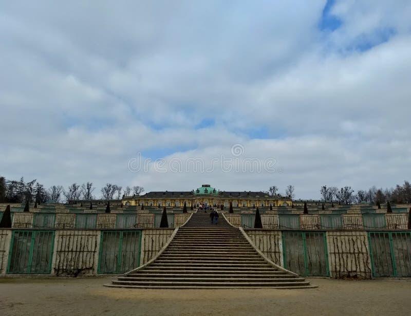 Potsdam/Germania - 24 marzo 2018: Cascata delle vigne nel parco senza Souci Palazzo senza Souci nella distanza fotografia stock libera da diritti
