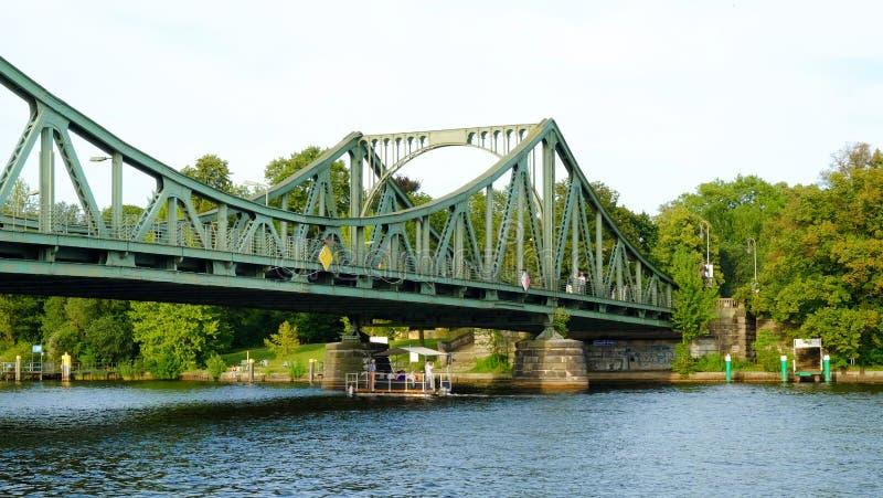 POTSDAM TYSKLAND - AUGUSTI 15, 2017: Glienicke bro i Potsdam arkivfoton