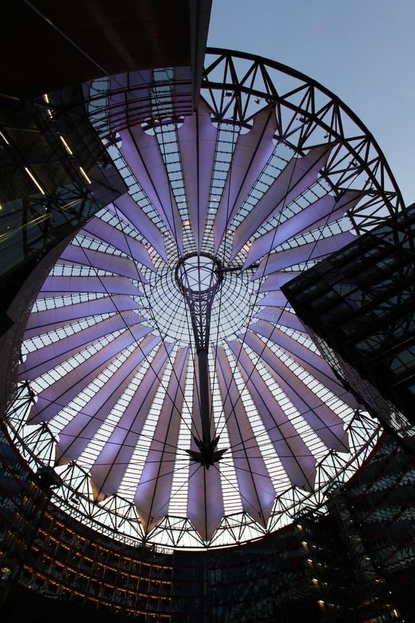 Potsdamer platz, taklägger kupolen av Sony centrerar royaltyfri foto