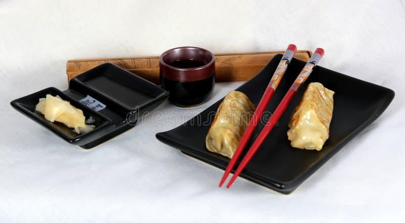 Potstickers japonais avec du gingembre, le soja et la raison. images libres de droits