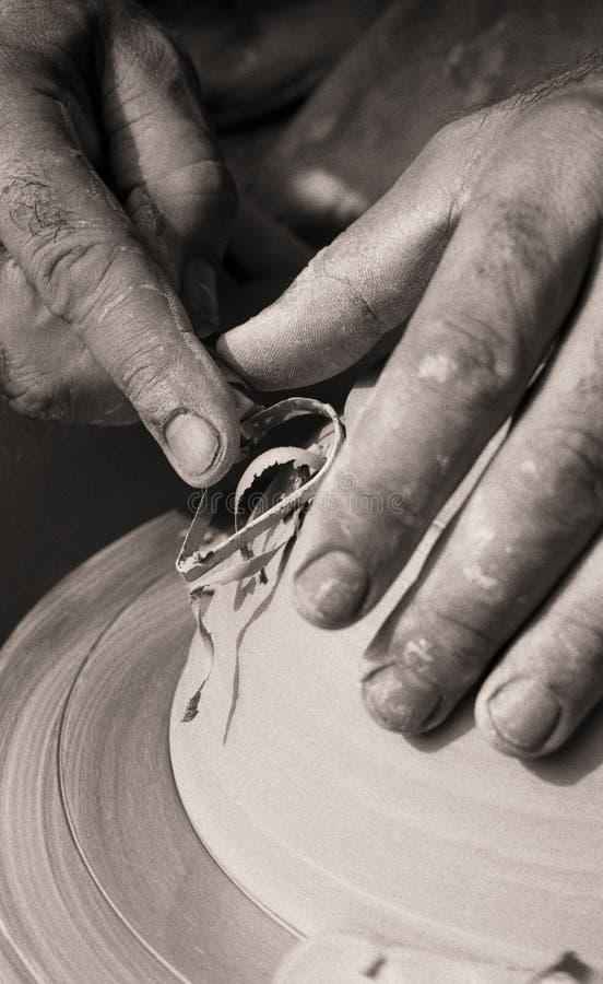 Pottenbakker die aan het wiel van de pottenbakker werkt royalty-vrije stock fotografie
