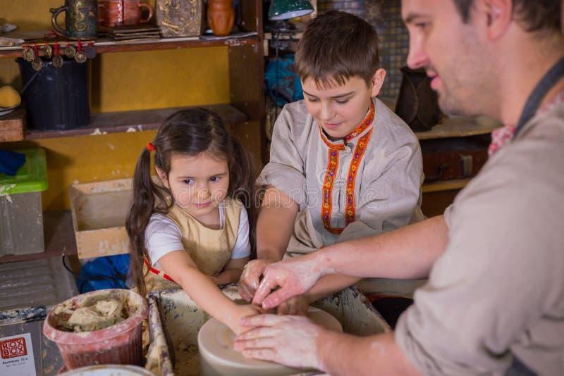 Pottenbakker die tonen hoe te met ceramisch in aardewerkstudio te werken royalty-vrije stock afbeelding