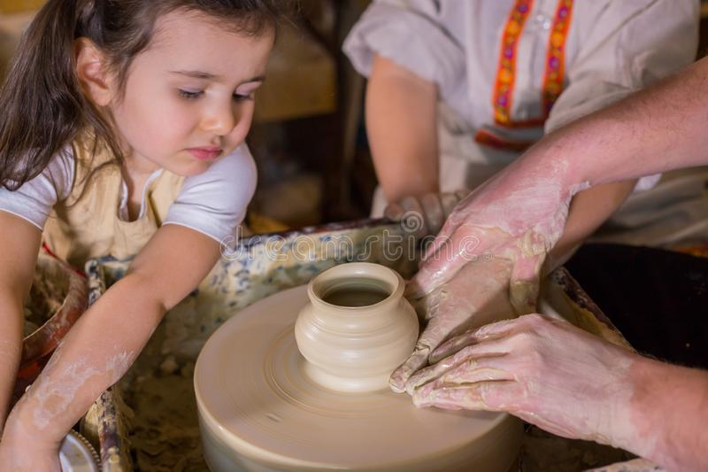 Pottenbakker die tonen hoe te met ceramisch in aardewerkstudio te werken royalty-vrije stock afbeeldingen