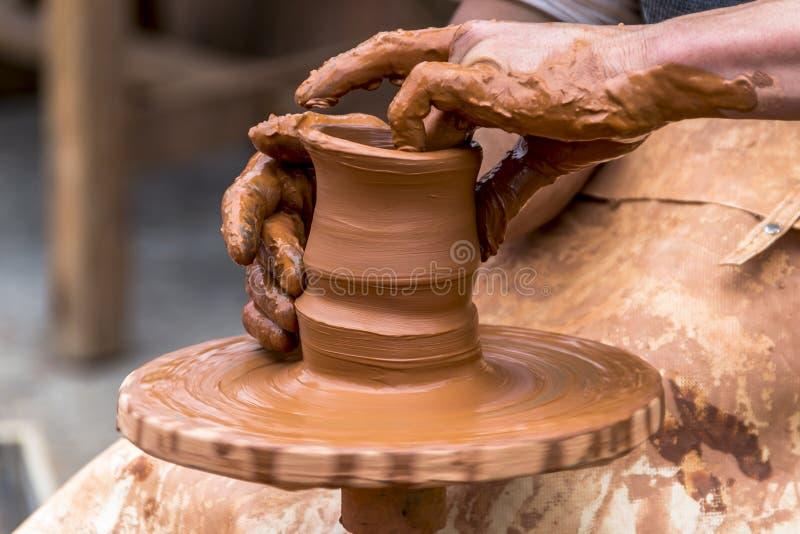 Pottenbakker op het werk stock afbeelding