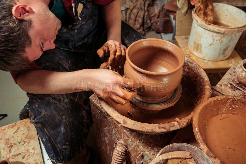 Pottenbakker op het werk Workshopplaats stock afbeeldingen