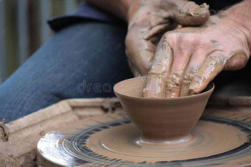 Potter& x27 χέρια του s που δημιουργούν νέο έναν κεραμικό του αργίλου στη ρόδα στο τ στοκ εικόνες