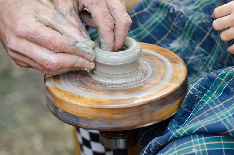 Potter& x27 ; roue de s et un morceau d'argile images stock