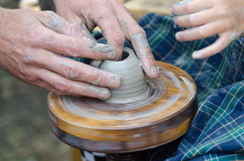 Potter& x27 ; roue de s et un morceau d'argile photos libres de droits