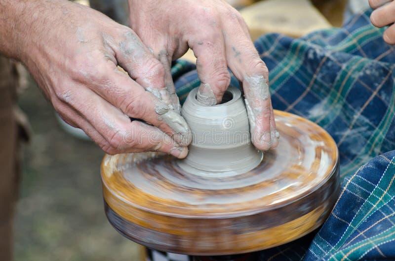 Potter& x27 ; roue de s et un morceau d'argile image libre de droits