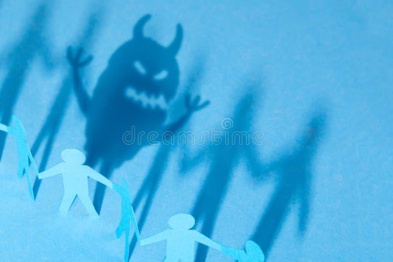 Potwór wśrodku my, dlaczego zawierać twój emocje lub chować Grupa mali mężczyzna i cień od jeden w kształcie potwór obrazy royalty free