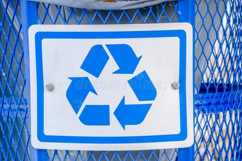 Poubelle bleue avec réutiliser le symbole photos libres de droits