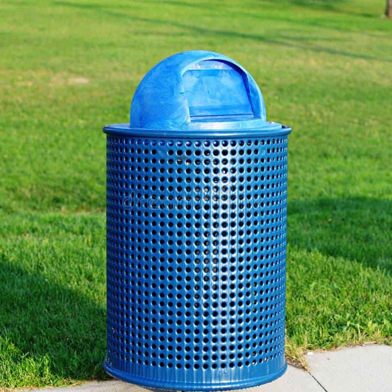 Poubelle bleue de déchets en parc images libres de droits