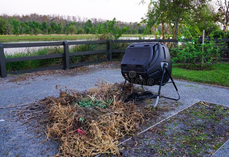 Poubelle de compost dans un jardin de la Communauté image stock