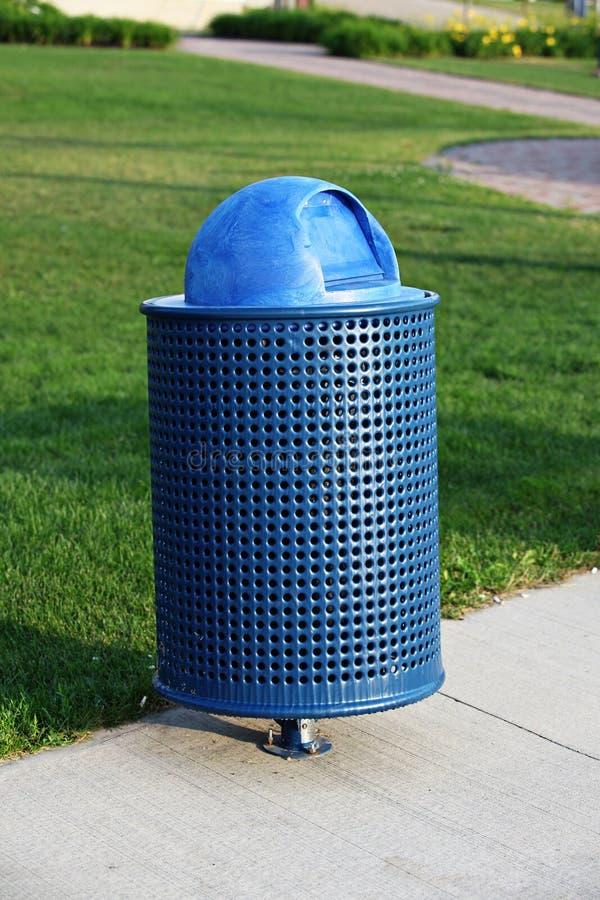 Poubelle de déchets en parc image stock