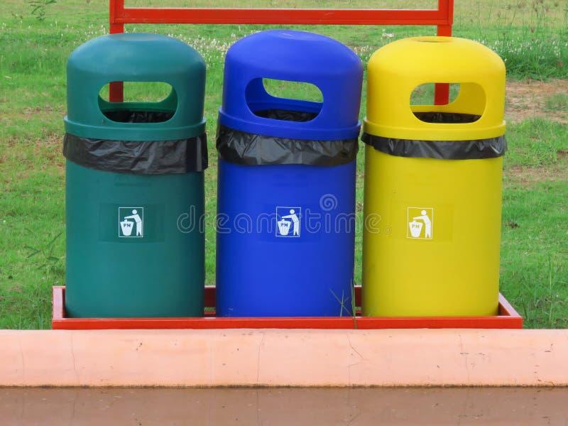 Poubelle de déchets l'en public image libre de droits