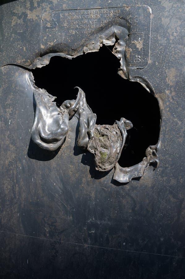 Poubelle en plastique noire brûlée images stock