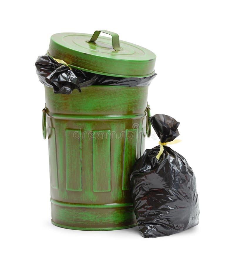 Poubelle fermée avec des sacs de déchets photos stock