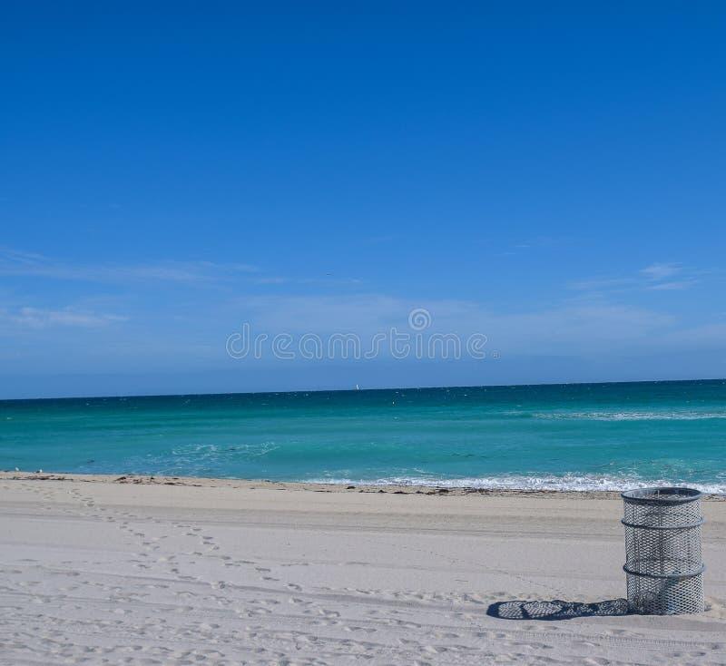 Poubelle sur la plage photographie stock