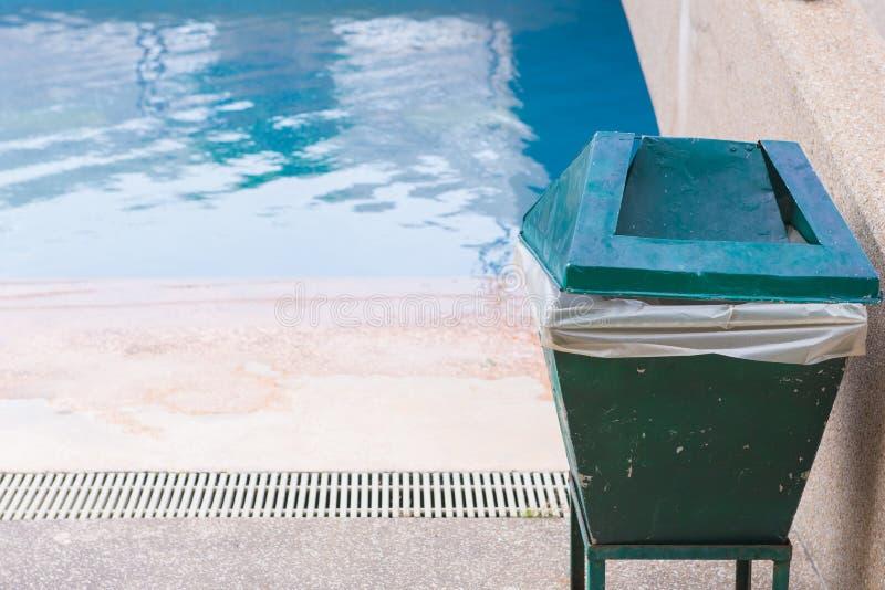 poubelles dans la piscine à l'hôtel image libre de droits