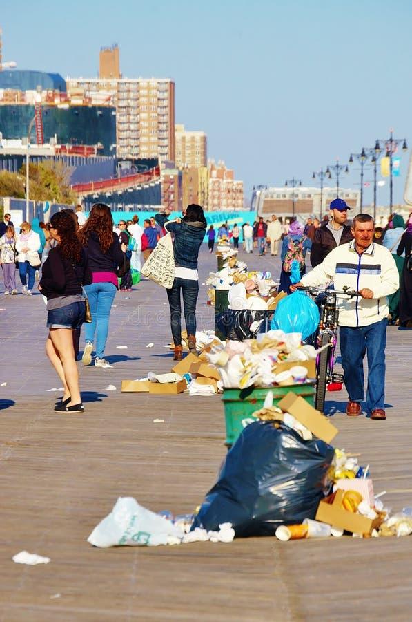 poubelles de d chets de promenade d 39 le de lapin new york image stock ditorial image du. Black Bedroom Furniture Sets. Home Design Ideas
