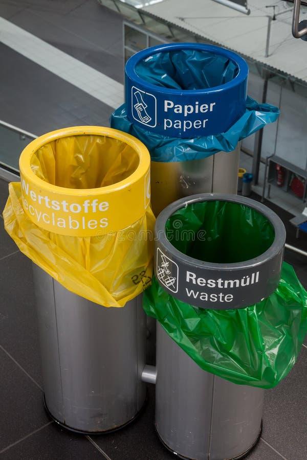 Poubelles de séparation de déchets images libres de droits