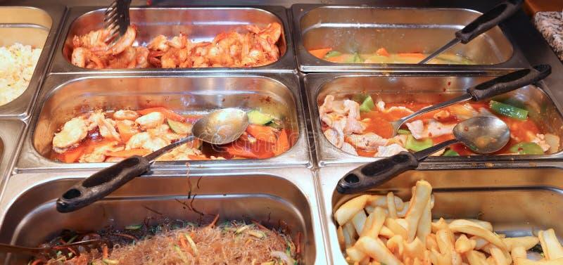 poubelles en acier dans le restaurant avec les nourritures orientales très savoureuses photo stock