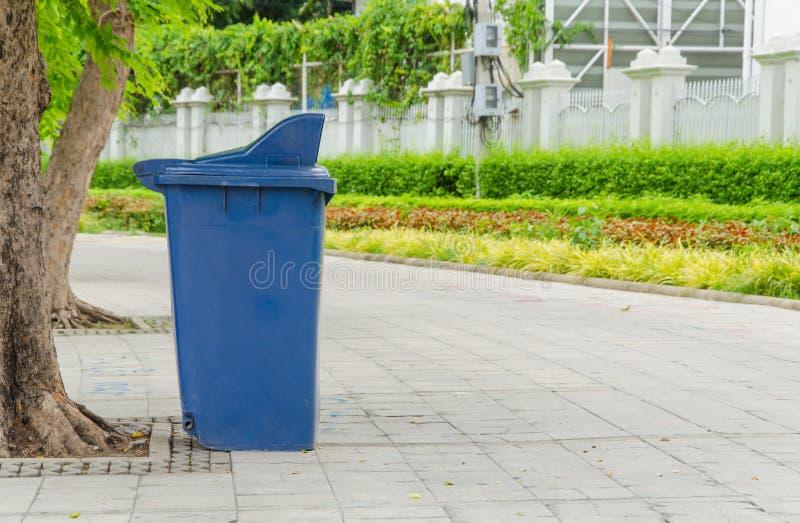 poubelles en parc près de la manière de promenade photo stock