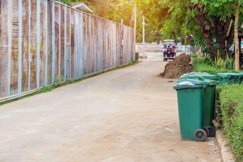 poubelles en parc près de la manière de promenade images stock