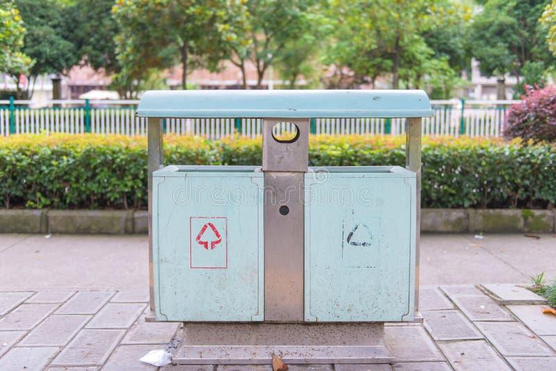 poubelles en parc près de passage couvert images stock